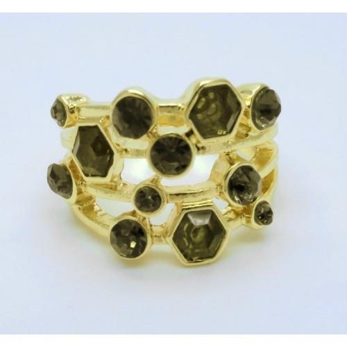 Filigraner goldfarbener Ring mit dunklen Strasssteinen als Modeschmuck Fingerring