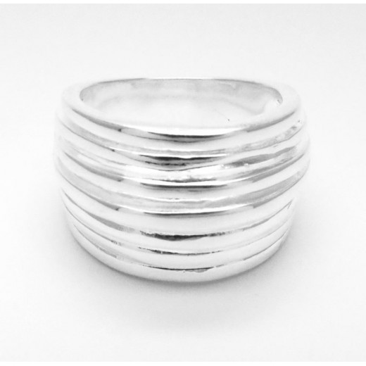 Schlichter, ovaler versilberter Ring mit glatter Oberfläche als Modeschmuck Fingerring