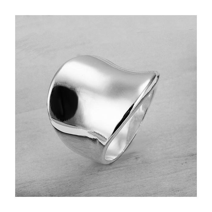 Schlichter, eckiger versilberter Ring mit glatter Oberfläche als Modeschmuck Fingerring