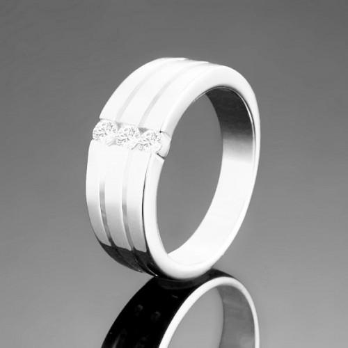 silberfarbener Ring mit drei Zirkonen als Modeschmuck Fingerring