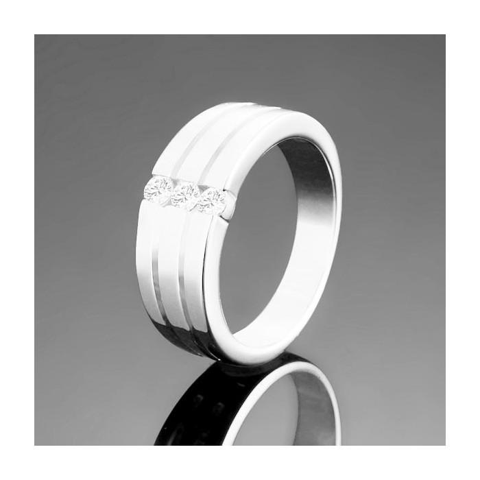 Schlichter, silberfarbener Ring mit drei Zirkonen als Modeschmuck Fingerring