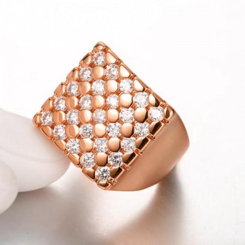 Quadratischer rosegoldfarbener Ring mit transparenten Zirkonen als Modeschmuck Fingerring