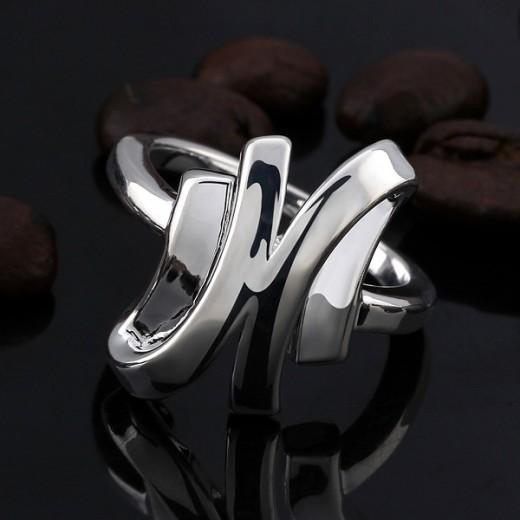 Schlichter silber Ring mit glatter Oberfläche als Modeschmuck Fingerring