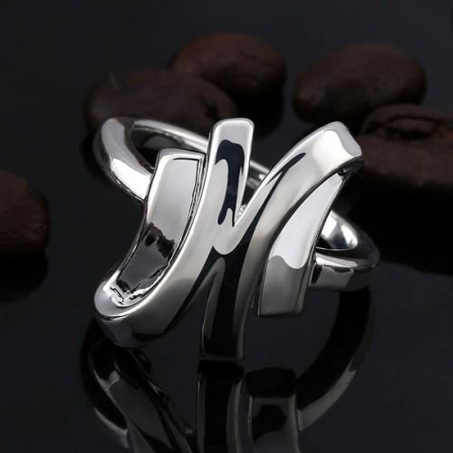 silberfarbener Ring mit glatter Oberfläche als Modeschmuck Fingerring