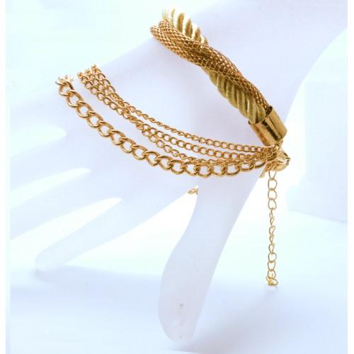 Goldfarbenes Armband mit Kordel und Kettchen als Modeschmuck