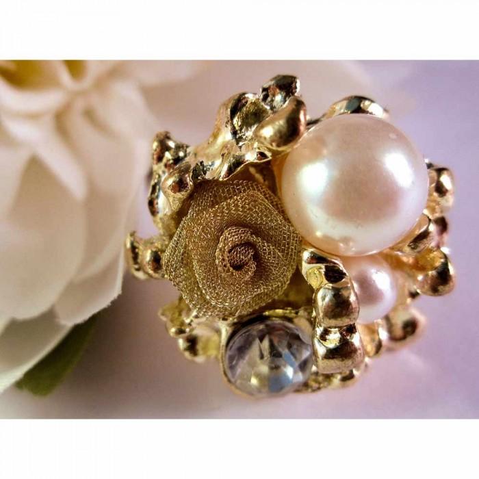 Goldfarbener Ring mit Rose, Strass und Perlen als Modeschmuck Fingerring