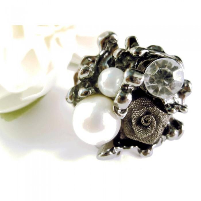 Silberfarbener Ring mit Rose, Strass und Perlen als Modeschmuck Fingerring