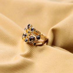 Filigraner gold Ring mit dunklen Strasssteinen als Modeschmuck Fingerring